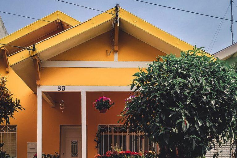 Budowa domu obok linii wysokiego napięcia
